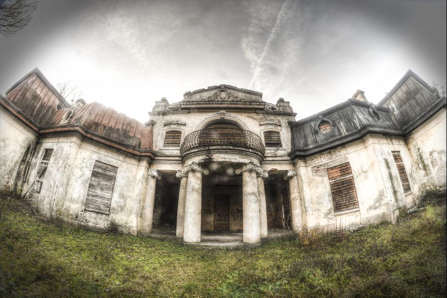 Abandoned Palace in Bratoszewicach: Photo shows a front yard with entrance columns and a large balcony. Unfortunately, the abandoned Palace in Bratoszewicach more and more destroyed, so fans urbexu should consider it as the fastest exploration.