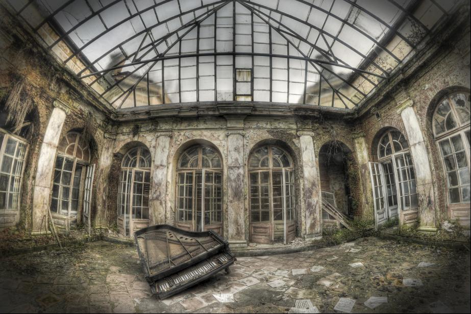 Abandoned Palace in Bratoszewicach: The