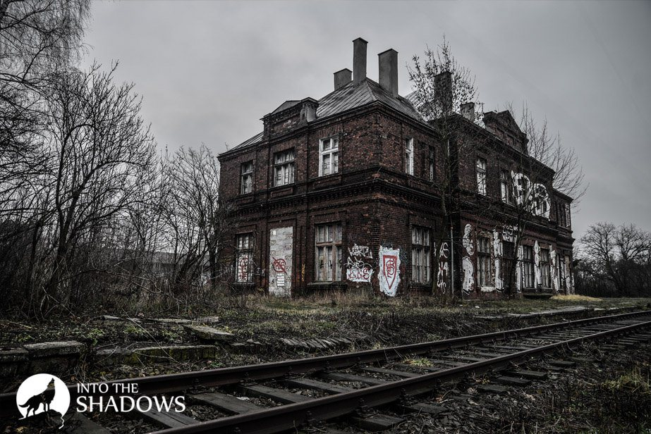 Abandoned train station 'LK': View of the building from the side ways
